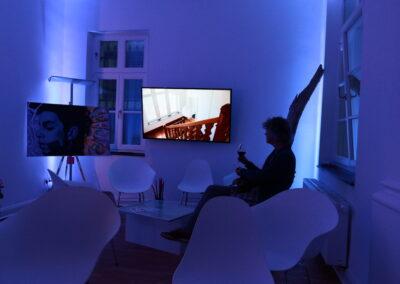 Der Max Ernst Raum erstrahlt in Blau