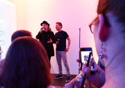Die Künstlerin Alex mit Moderator Sebastian